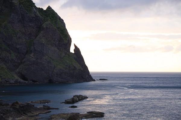 夕日に染まる、雷電海岸 刀掛け岩(らいでんの由来)