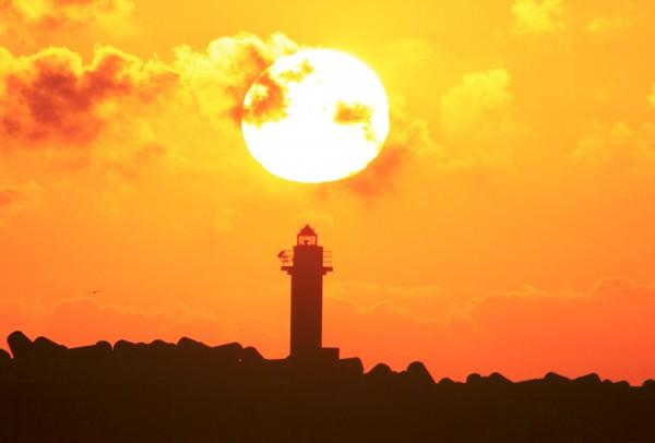 夕日に染まる、岩内灯台